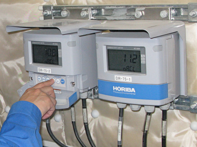 京都水族館の人工海水を「はかる」、電気伝導率計